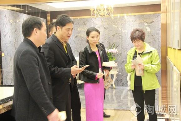 经销商在华南总部展厅看新产品03